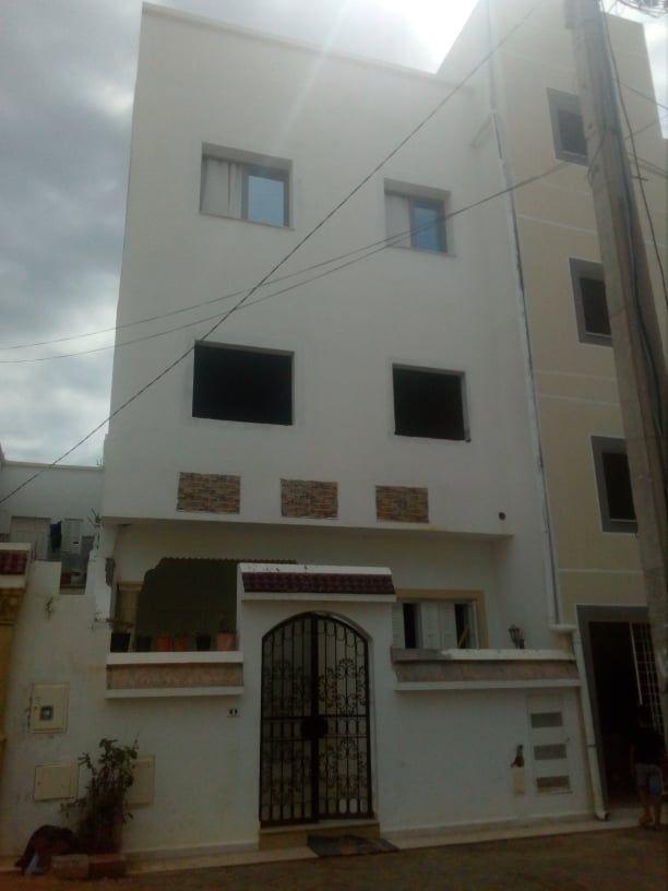 Une immeuble de trois appartements a bareket essahel
