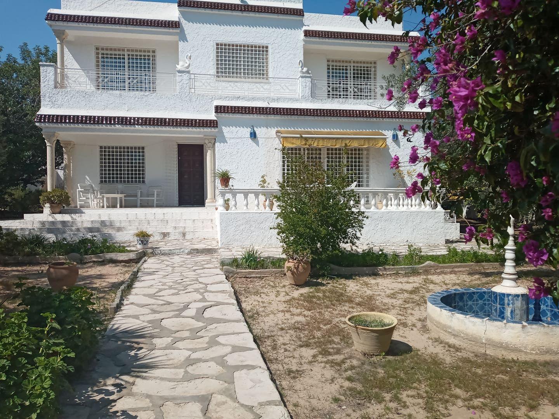 Villa vue de mer avec un grand jardin