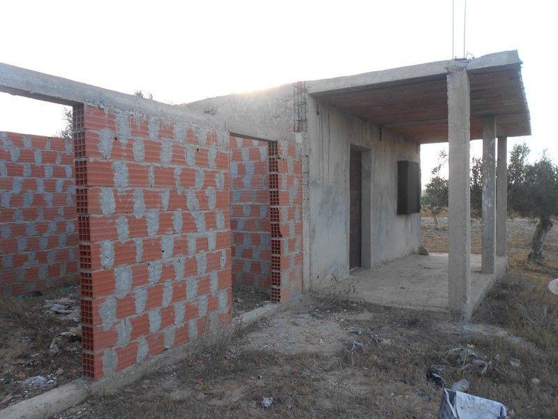 Maison inachevée sur 7 hectares