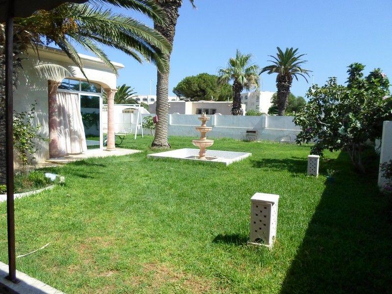 Av villa avec grand jardin à cent mètres de la mer à nabeul