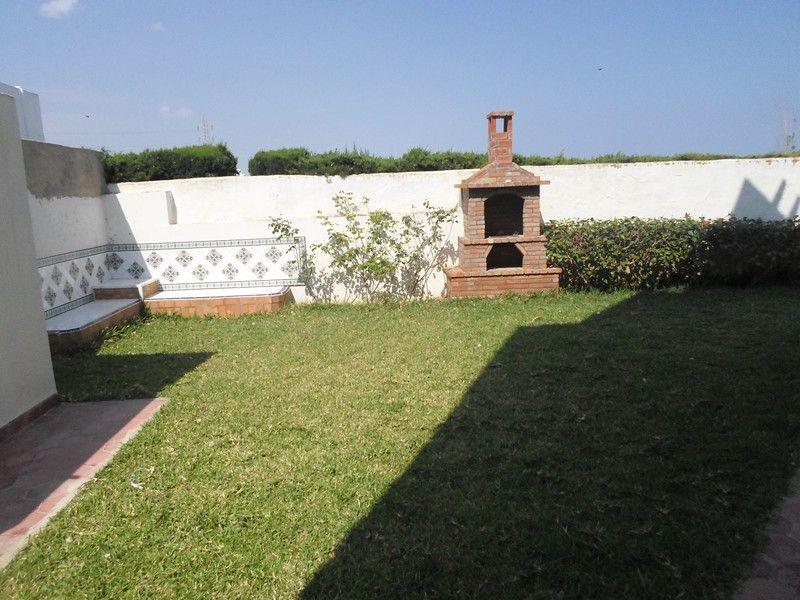 une magnifique villa sur deux niveaux avec jardin hammamet vente villa hammamet. Black Bedroom Furniture Sets. Home Design Ideas