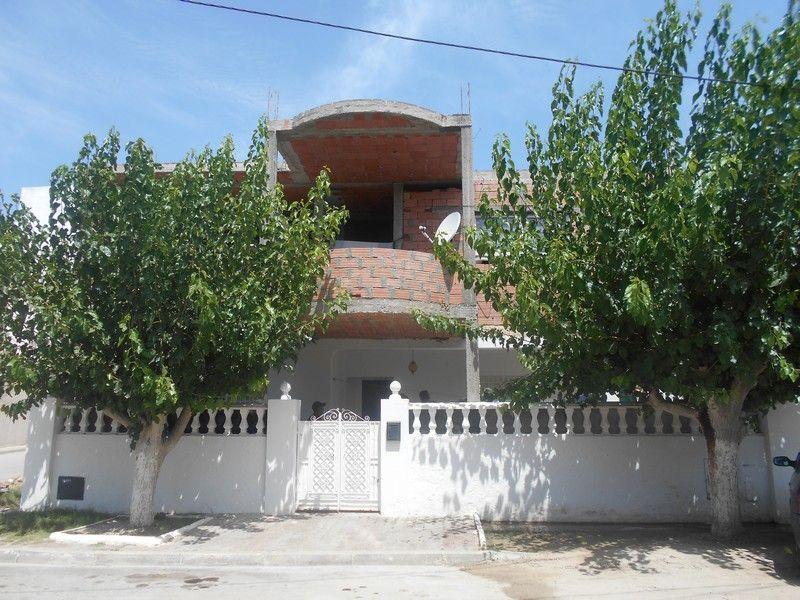 Villa de plein pied avec un étage inachevé à hammamet centre wa